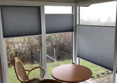 grå plisse gardiner