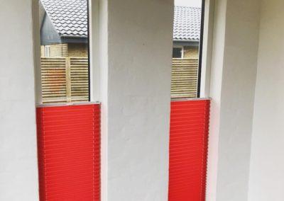 røde plisse gardiner
