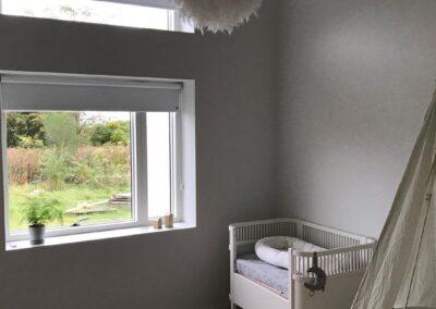 Hvidt Faber rullegardin i babyværelse